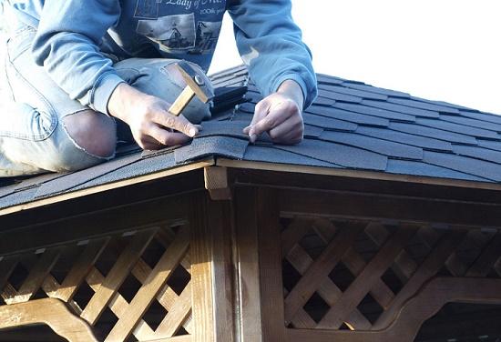 Покрытие крыши беседки кровельным материалом