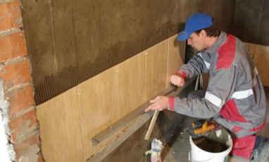 Проверка плоскостности плиток строительным уровнем